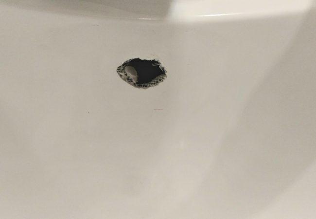частичная покраска повреждения на акриловой ванне