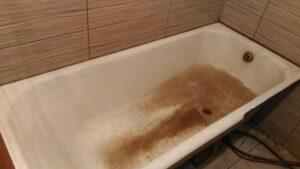 очень старая чугунная ванна