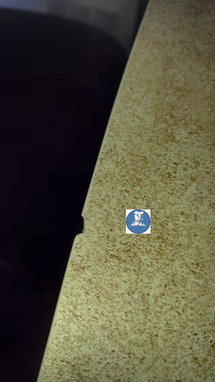 небольшой скол на столешнице из керамогранита